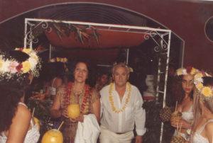 Foto dos anos 80, dos tradicionais e concorridos Bailes do Hawaii da Associação  ética Ituveravense. Na foto, o casal Cláudio Quatrini e Maria Helena Pugliani  Quatrini que era recebido por recepcionistas na porta do clube. Eles eram diretores sociais e sempre fizeram um trabalho primoroso no clube<br>