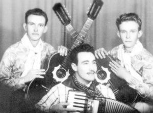 """Foto de 1957, dos irmãos José Valizi e Oswaldo Valize, quer formavam a dupla sertaneja Valizi & Valizim, que apresentava das 12 às 13h, o """"Brasil Sertanejo"""", na ZYK 8 - Rádio Cultura. O programa era ao vivo no amplo auditório da rádio, que era instalada à Rua José Nunes da Silva, onde hoje é um consultório dentário, próximo a CTBC. Tanto a dupla, quanto """"Brasil Sertanejo"""" faziam muito sucesso em Ituverava e região e, vários artistas  disputavam para participar do programa. (1) a dupla Valizi & Valizim, (2) o sanfoneiro Osvaldo Mendes dos Santos (""""Osvaldinho"""").<br>"""