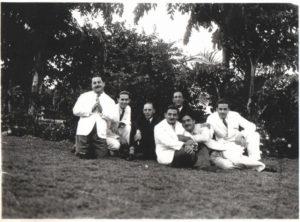 """Foto dos anos 1930 ou 1940, de amigos na Praça Dez de Março: (1) Miguel Jabur  (""""Bachirim""""), que era comprador de cerais na região, (2) Moysés Miguel, que foi  proprietário da Casa Moyses, onde hoje funciona o Empório das Rações, (3) professor que era parente da senhora Maria Lúcia de Mattos Tanajura, (4) Arcísio Ribeiro de Barros, que foi vice-prefeito de Ituverava, (5) o jornalista Muchir Miguel Francisco,  (6) o agropecuarista Jorge Miguel (""""João Pitanga""""), (7) Elias Moyses,  que era  proprietário da Casa Jardim, onde hoje é Ponto Chic Restaurante <br>"""
