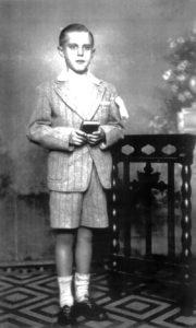 Foto dos anos 30, do médico ituveravense radicado no Rio de Janeiro, Dr. Azor José de Lima, no dia de sua primeira comunhão. Ele é uma das maiores autoridades em pediatria do país. Dr. Azor é filho do farmacêutico José de Lima e da professora Rosa Ramos de Lima, e são seus irmãos Anna Luzia de Lima Gambi, casada com Luiz Gambi (falecidos); Aparecida de Lima, casada com Walter Sandoval (falecidos); Alberto Benedito de Lima, casado com Alice de Freitas Lima (falecidos); Amarília de Lima Mattar, casada com Lauro Mattar (falecidos); Abigail de Lima Martinez, casada com Braz Martinez e Antônio Airton de Lima, casado com Lourdes de Lima, residentes em Rio Preto.