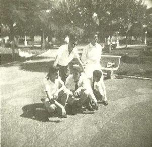 """Foto de 6 de outubro de 1959, na Praça 10 de Março, dos amigos: (1) José Alves Ferreira Neto (""""Caçula""""), (2) Ary Diniz (""""Ari Pepino"""") (in memoriam), (3) Luiz Carlos Bueno Ferreira, (4) José Roberto Trigo (in memoriam) e (5) Fuad Kallil Sobrinho<br>"""