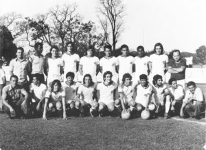 """Foto de 1985, da equipe do União Esporte Clube, em partida disputada no campo da Associação Atlética Ituveravense. (1) José Ferreira da Silva (""""Zé Pombo""""), (2) João Mesquita Xavier, (3) e (5) os irmãos Edivaldo Martins do Valle (""""Zoinho"""") e  Eusvaldo Martins do Valle (""""Vadão""""), (4) Edson Ribeiro da Silva (""""Pizinho""""),  (6) João Pereira Lima (""""Doda""""), (7) Zé Luiz Nogueira, (8) Pedro Rodrigues  (""""Pedrinho da Telefônica""""),  (9) Adalberto Cavalari Perez, (10) o esportista José  Aureliano Coimbra, (11) Osvaldo Avelar, (12) o massagista Tiãozinho Generoso,  (13) Marco Antônio Sampaio (Gryllo), (14) Antônio Mendes (""""Gibi), (15) Rafael  Ferreira da Silva, (16) Célio Witer Rizieri (""""Celinho Tomate""""), (17) Marco Antônio Alves Fontoura (""""Biraka""""), (18) Gilmar Luiz da Silva (""""Gilmarzinho""""), (19) José Maria Rodrigues Menezes,  (20) José de Andrade (""""Zezinho Leonelo""""), (21) Coló<br>"""