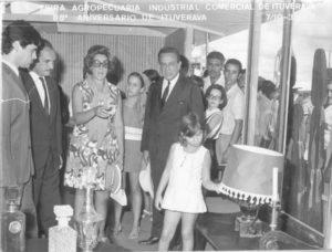 Foto de 10 de março de 1970, da Feira Agropecuária, Industrial e Comercial de Ituverava. (1) o deputado Marcelino Romano Machado, (2) e (3) Dr. Archibaldo Moreira Coimbra, que foi um dos prefeitos mais honestos e humanos que passou por Ituverava,  e a primeira-dama, Ada Vanucci Coimbra, (4) Eunice Falleiros Nunes, filha do deputado Hélvio Nunes da Silva (Zito) e Euníce Falleiros da Silva,  5) o secretário da Agricultura do Governo Roberto de Abreu Sodré, Antônio José  Rodrigues filho, (6) Não identificada (7) Neusa Garnica Simini,  (8) Esmeraldo do Carmo,  (9) Miguel, que era funcionário do Banco Real.<br>