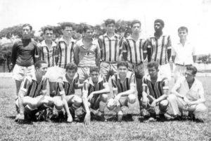 """Foto de 1964, da equipe do Clube Atlético Paulistano, que representava o Largo do Rosário. (1) Antônio Ferreira, (2) José Luiz Bugalho, (3) Wilson dos Santos Cirilo (""""Carijó""""), (4) Manoel Simões Moreira (""""Nenê Cabeleira""""), (5) Ademar de Paula Freitas (""""Pezinho""""), (6) Moacir Gomes Ferreira (""""Mauro Alfaiate""""),  (7) Luiz Antônio de Souza (""""Azulão"""") (in memoriam), (8) José Ferreira da Silva (""""Zé Pombo""""), (9) Vicente de Paula Alcino (""""Paulinho""""), (10) Clezo Barbosa da Silva (in memoriam), (11) Antônio Sebastião de Freitas Neto (""""Toninho Cascudo""""), (12) Edgar Carbonaro, (13) Joacir Rodrigues dos Santos (""""Buneca"""") (in memoriam) e (14) Carlito Sampaio<br>"""