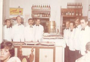 """Foto de 1974, de garçons que serviram uma feijoada oferecida pelo Grupo Maeda aos funcionários da empresa, no Bar e Restaurante do David, que nesta época funcionava na avenida dr. Soares de Oliveira, onde hoje está instalada as Casas Pernambucanas. (1) Edson Florindo da Silva, (2) Domingos de Oliveira, (3) João da Mata, (4) José da Branca, (5) Antônio Silva, (6) Antônio Lino (""""Kotchô""""),  (7) Amélio Antônio de Paula e (8) Antônio Bento de Oliveira.<br>"""