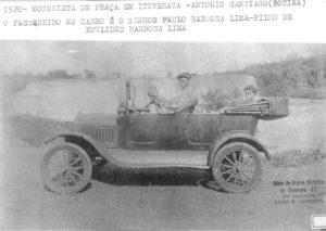 """Em 1920, o motorista de praça Antônio Santiago (""""Botina""""), com  o passageiro Paulo Barbosa Lima, nas margens da Cachoeira Salto Belo. Paulo era filho do Capitão Euclides Barbosa Lima<br>"""