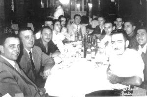 """Foto de 1959, de ituveravenses no São Luiz Restaurante, em São Paulo. Eles acompanhavam a delegação da cidade, que disputou os Jogos abertos em Santos. (1) João Athayde de Souza; (2) Marcionílio Trajano Borges, (3) Túlio Del Guerra, (4) José Mauad, 5) Irineu Alexandre (""""Teixeirinha""""), (6)  José (Zito) Abdalla, (7) Aparecido Cavalcanti, (8) Ézio Athayde de Souza, (9) Devail Antônio Ciconeli, (10) Mariano Gifoni, (11) Jorge Nunes,  (12) Alexandre Miguel (Bueno) e (13) Rubens Machado Barbosa (Bananinha)"""