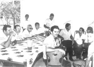 """Foto dos anos 60, de um grupo de empresários na então Ceagesp, no Alto da Estação. (1) Miguel Hanna, (2) Sebastião Cordaro, (3) Cecílio Moysés, (4) não identificado, (5) Ary Barbosa, que era gerente da Ceagesp, (6) Mário Nakano, (7) Elias Jorge (""""Cibão""""), (8) Takayuki Maeda, (9) Cley Jorge de Oliveira, (10) Carlito Dias Santiago, e (11) ao fundo, o garçom não foi identificado"""