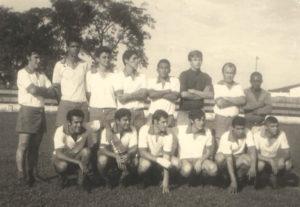 """Foto de 1967, do Cascata, equipe formada por jovens da época: (1) Hernani Rocha Pereira,  (2) Cristiano Tavares de Figueiredo, (3) Abraão Bechara, (4) Edson Ribeiro da Silva (""""Pizinho""""), (5) Jesus Martins (""""Verdureiro""""), (6) o goleiro Fransérgio Milano, (7) Antônio Carlos Ferreira (""""Guru""""), (8) (""""Roda Quadrada""""). Agachados: (9) Jorge Saad, (10) Celso Nunes (""""Pilolim"""") (in memoriam), (11) Carlos Henrique, de Pedregulho, e que era goleiro da AA. Ituveravense, (12) Roberto Inácio Barbosa (""""Roberto Gato""""), (13)  Luiz Antônio de Oliveira (""""Pezão"""") (in memoriam) e (14) Levi Pereira Borges"""