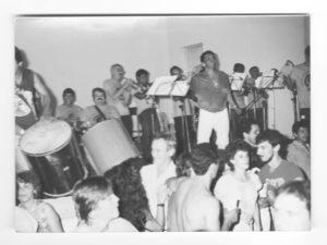 """Em 1987, o carnaval da Associação Atlética Ituveravense era abrilhantado pela orquestra Samba Brasa, que era comandada por (1) Nelson Cordaro e (2) Luiz Augusto Lima Machado, (3) Sebastião Aparecido de Oliveira (""""Tião Galo""""), (4) Etevaldo, (5) Tonico Salvino, (6) Joacir Rodrigues dos Santos (""""Buneca""""), (7) e (8) o casal Nadir Barbosa Resende e Meire Helena Maestre Russignoli e (9) o irmão Valter Barbosa Rezende, de costa sem camisa"""