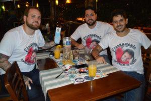 Carlos Magno Quireza Jocob Lima Machado, Guilherme Oliveira e Flávio Moysés, com  camisetas homenagendo o amigo Diogo Urias Martins, precocemente falecido