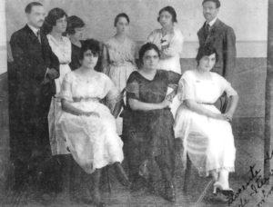 Foto de 1920, do Corpo Docente do Grupo Escolar Fabiano Alves de Freitas.  (1) Dorival Dias Minhoto, (2) Corina L. Minhoto, (3) Sílvia D' Elia, (4) Rosa de Lima, (5) Jaci de Toledo, (6) Raphael Gonzales, (7) Iracema de Godói,  (8) Elvira Gasparini e (9) Noêmia Marta Feijão
