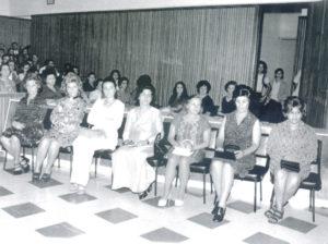 Reunião da Câmara de Vereadores, realizada em 9 de dezembro de 1971, quando foi entregue o primeiro título de Professor do Ano à Thereza Lopes (in memoriam). (1) Emília Pereira da Silva, (2) Basílica Possa de Paula (in memoriam), (3) Ester Ceraso Gianvéchio, (4) Mirian Abbud Francisco (in memoriam), (5) Maria Lúcia Rodrigues Ceara Cordaro, (6) Ivacir Cândida Martins Collani e (7) Aparecida de Lima Sandoval (in memoriam)