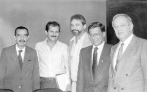 No ano de 1989, o prefeito dr. Ecyr Alves Ferreira, assinava convênio em São Paulo, na secretaria de Energia e Saneamento, com o então secretário João Leiva Filho. (1) o prefeito Ecyr Alves Ferreira, (2) o secretário João Leiva Filho, (3) o vereador Ademar de Paula Freitas, (4) o engenheiro da Prefeitura, Vander Luiz Silva de Castro e (5) o assessor do secretário