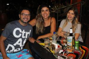Jonas Moretti e Bruna Fiuza, que comemovam o noivado, e a Dra. Mariana Mendes Junqueira