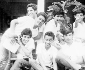 """Foto de 1968, de alunos do Instituto de Educação """"Capitão Antônio Justino Falleiros"""".  (1) José Pierri Júnior, (2) Benedito Trajano Borges Filho, (3) José Joaquim Ribeiro da Rocha (""""Dudu""""), (4) Vinícius Sinhorini Chaebub (in memoriam),  (5) José Antônio, (6) Reinaldo da Silva e (7) Manoel Versiane.<br>"""