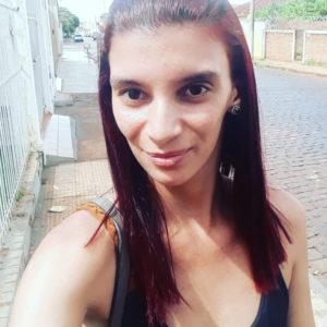 """Sou a favor, pois os comerciantes pagam aluguel e todas as contas que um comércio possui, além de dar ao consumidor certa segurança, ao contrário dos vendedores ambulantes, pois não apresentam nota fiscal do produto que está vendendo e, desta forma, não sabemos a procedência"""". Natiele Matta da Silva, 24 anos, manicure"""