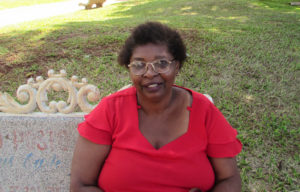 """""""Realmente a inadimplência está muito grande no país, passei por isso em minha vida, e as pessoas chegam ao ponto de precisar comprar mesmo com dívidas acumuladas, isso afeta os negócios alheios, assim como afetou o meu. Economizar é preciso,  caso contrário acabamos perdendo o controle das contas"""".  Aura Lúcia Alves, 64 anos, comerciante"""