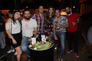 Juliano Faria e a namorada Nara Nayume, Jorge Eto e a namorada Camila Galdiano, Lucas Yamada e Eduardo Jorge