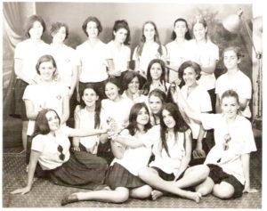 """Foto de 1968,  das formandas do Curso Normal do Instituto Estadual de Educação """"Capitão Antônio Justino Falleiros"""". (1) Margarida Myasaka, (2) Madalena Moreira, (3) Lúcia Nicolino, (4) Leda Maria Galdiano (in memoriam), (5) Aparecida Helena Batista Pereira, (6) Lúcia de Paula Freitas (in memoriam), (7) Norma de Paula Freitas,(8) Madalena Mota (in memoriam), (9) Vanda Lúcia de Castro, (10) Luzia Yoneda, (11), (12) Dulce de Souza Duarte, (13) Vera Lúcia Freitas, (14) Itelvina Augusta Falleiros, (15) Odete Lara (in memoriam), (16) Zilma Barbosa Lima, (17) Marli Tereza Nascimento, (18) Magda Matar Jorge  e (19) Rita de Cássia Bonadio"""