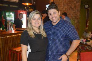 Os proprietários do Noa Gastrobar, Ricardo Augusto Dorascenzi e a esposa Lesliene Galdiano Dorascenzi
