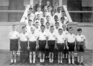 """Foto do ano de 1958, dos concluintes do 4º ano Masculino A, do Grupo Escolar """"Fabiano Alves de Freitas"""". (1) e (2) os diretores Oscar e Leda, (3) a professora Ernestina de Paula Rezende (""""Dona Santa""""),  (4) Nelsinho Ferreira Neves, (5) não identificado, (6) Eurípedes Barbosa, (7) Aparecido Carmo da Silva, (8) Antônio Chavaglia, (9) não identificado, (10) José Moreira de Freitas, (11) Devanir Quirino Ferreira, (12) Devanir de Souza, (13) Luís Augusto Lima Machado, (14) Messias da Silva, (15) não identificado, (16) José Antônio Maestri, (17) Daniel da Silva, (18) Ademar de Paula Freitas (""""Pezinho""""), (19) Manoel Carlos Barbosa, (20) Mário Yokoyama, (21) Antônio Mirândola (""""Antoninho""""), (22) Eduardo Guilherme Borges de Oliveira, (23) Kleber José Poleto, (24) Paulo Roberto da Silva, (25) Luís, (26) Jairo de Paula Santos, (27) Antônio Celso Donizeti (""""Nininho""""), (28) Trajano Francisco Borges (""""Nonô"""") e (29) Júlio César Bordon"""