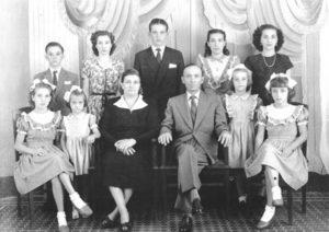A foto provavelmente é do final da década de 30 ou início de 40, da família Carrer. (1) e (2) os patriarcas José Carrer e Maria Borges Carrer, (3) Luiz Carrer, (4) Alexandrina Carrer, (5) Guido Nalino Carrer, (6) Elvira Carrer, (7) Josefina Carrer, (8) Ercília Carrer, (9) Edna Carrrer, (10) Maria Conceição Carrer, e (11) Maria Aparecida Carrer