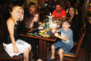 Renata Pontes, com os filhos Cindy e Enzo Pontes, Lucas Silva, João Evangelista/Maria José