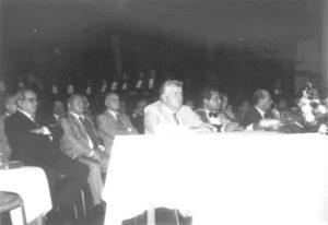 """Formatura da turma de Agronomia do ano de 1994, realizada no Centro Cultural """"Cícero Barbosa Lima Júnior""""; (1) o paraninfo Luiz Carlos Rodrigues (""""Busa""""); (2) o diretor Bernardo Ferraz de Siqueira; (3) o superintendente da FEI, Alexandre Miguel (""""Bueno""""); (4) o presidente do Grupo Maeda, Takayuki Maeda, (5) o prefeito Archibaldo Moreira Coimbra"""