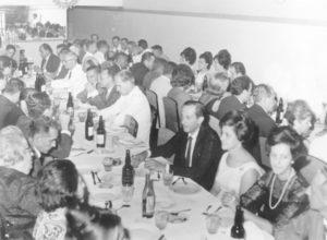 """Festa do Lions de Ituverava, realizada no Restaurante do David, ano 58 ou 59. (1) Assad Chaibub, (3 e 4) Salima Moisés Chaibub e Jorge Chaibub, (5) Fábio Bombig, (6) Otaclito Barbosa, (7) Francisco Bandiera, (8) Paschoal Corona, (9 e 2) Georgete Chaebub e Amilton Rodrigues (""""Garoa""""), (10) Zackia Cury Chaibub, (11) Aparecida Silva, (12 e 13) Guaracy Gomes Rezende e Maria Aparecida Marsaioli de Freitas Rezende"""