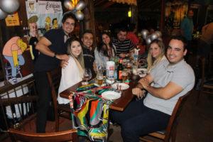 Elton Rossi Moreno, Eurípedes Gonçalves, comemorando 27 anos,  e a namorada Andressa Simalzo, Lucas Gumiero e a namorada Bárbara Batista, Afrânio Queiroz e a noiva Ananda Jaculi