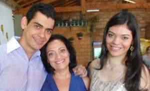 Vânia Comemora aniversário dia 2 de outubro, Vânia Aparecida de Souza. Ela recebe os  parabéns dos filhos Emmanuel Isaías  Souza Silva e Líria Maria Souza Silva