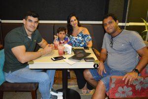 Jovander Freitas/Patrícia, o filho Miguel Cardoni e  Paulo Roberto