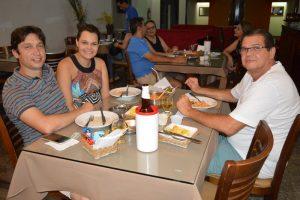 Guilherme Moraes e a namorada Alyne Ribeiro e José Antônio Freitas de Paula