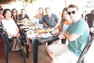 Rosa Mine, com as filhas Marcela Mine Alves e o marido Danilo Alves, Sueli Mine Ho e o marido Robin Ho e Tiemi Mine Cavalcante e o marido Rômulo Cavalcante