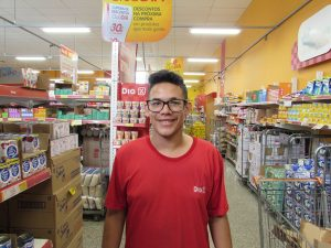"""""""Algumas notas eu olho, mas tenho a consciência que os impostos são abusivos. Em lojas e supermercados você encontra muitos produtos que não valem o preço sugerido por conta de outros fatores que agregam ao produto, e esses valores sobem"""". Luiz Fernando Alves Júnior, 19 anos, operador de loja"""