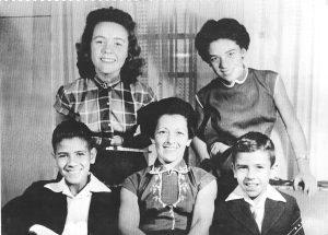 """Foto de 1952, da família de José Francisco Borges (""""Zezeca Trajano"""") e Geralda Borges. (1) Trajovina Bejomar Borges Cordaro, viúva de Sebastião Cordaro, (2) Laélfia Jovina Borges Mourani, viúva de Naufal Antônio Mourani, (3) José Francisco Borges Júnior (""""Zé Preto"""") (in-memoriam), casado com Guilhermina Ribeiro Borges (""""Zizinha""""), (4) a matriarca Geralda Borges, (5) Theófilo dos Reis Borges (""""Theo"""") (in memoriam), casado com Maria Auxiliadora Ribas dos Santos Borges"""