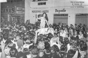 """Foto de 1971, quando a ituveravense Luzia Marlene Vieira Coelho, foi recebida nos braços do povo, quando regressou de São Paulo, onde recebeu o título de miss, na categoria Turismo. Era um dos concursos mais concorridos da época e, ela representou muito bem a mulher ituveravense. Na época  foi uma verdadeira comoção a recepção de Luzia Marlene, que é filha de Antônio Carlos Coelho (""""Tau"""") e Terezinha Vieira Coelho"""