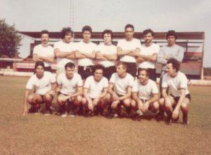"""Foto de agosto de 1981, de uma partida de futebol quando a agência do Banco Itaú de Ituverava venceu Ribeirão Preto por 3 x 1. Jogaram pela  equipe de Ituverava, que era mesclada por funcionário e amigos: (1) Paulo César Henrique dos Santos (""""Esquela""""),  (2) Miguel Rubens Jabur (""""Guelinho""""), (3) José Antônio dos Santos (""""Cabo Zé""""), (4) Wilson Ferreira dos Santos (""""Canindé""""), (5) Luiz Henrique Pimenta Ferreira, (6) João Manuel Monteiro Martinez (""""Manolo""""), (7) Carlos Roberto Pedroso, (8) Auro César Chiconelli, (9) Odalmiro Zampieri (""""Pilo""""), (10) André Luiz dos Santos, (11) Gilberto Alencar,  (12) Raul de Paula Peres e (13) Odair Henrique dos Santos"""