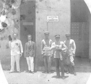 Foto de 1930, dos primeiros funcionários da Agência do Correio de Ituverava, que funcionava na esquina da Praça Hélvio Nunes da Silva com a Rua José Sandoval, onde é hoje a Loja Santo Antônio. Identificados na foto: Fulgêncio, Antônio José Ferreira, André Gomes e Sebastião Inácio de Matos