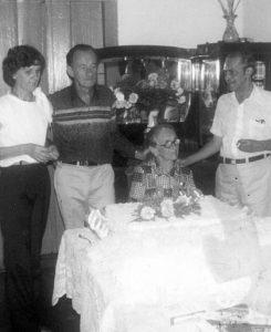 """Foto de 17 de maio de 1983, quando o jornalista Adhemar Cassiano homenageava a Catherine Bombig França (""""dona Rina"""") pelos seus 93 anos. Ela era casada com o jornalista Humberto França, que foi proprietário do jornal """"A Cidade de Ituverava"""". (1) a homenageada Dona Rina; (2) a filha professora Tereza França; (3) o jornalista e historiador Moacir França; (4) o jornalista Adhemar Cassiano, fundador do jornal Tribuna de Ituverava e que foi discípulo de Humberto França. São filhos de dona Rina: Maria França, Moacyr França, Genoveva França Falleiros, Luiz França, Antônio França, Joaquim França, José Paulo França, Terezinha França e Rubens França."""