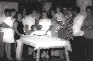 """Foto do ano de 1969, do aniversário de 51 anos de Yolanda Amelote Castro (""""Dona Menininha""""), que era esposa de Jaime de Castro. (1) e (2) Rubí de Freitas e a esposa, Yane Yara Massi de Freitas, filha da aniversariante, (3), (4) e (14) o casal Celma de Castro Liporaci (filha da aniversariante) e Francisco Liporaci Neto, com o filho Francisco Carlos de Castro Liporaci (""""Kiko""""), (5) Dr. Hebert Wanderlei Ribeiro e a esposa, Maria Matilde Castro Wanderlei, filha da Dona Menininha, (7) a aniversariante Yolanda Amelote Castro (""""Dona Menininha""""), (8), (9) e (10) Izaura Castro Massi (filha) e Ênio Massi, e no colo Rogério Massi de Freitas, que é neto do casal, (11), (12) e (13) Dirce Castro Andreo (também filha da aniversariante) o esposo, Homero Andreo Perez, e o filho Paulo Sérgio de Castro Peres (Paulino do Homero)."""