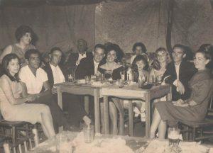 """Foto de 1964, da festa do casamento de Henrique Humberto Morgan de Aguiar e Valda Furtado. (1) e (2)  José Francisco Borges Junior (""""Zé Preto"""") e  Guilhermina Ribeiro de Matos Borges (""""Zizinha""""), (3) não identificada, (4) Irineu Flauzino Gomes, (6) e (7)  Antônio Carlos Prévidi e Maria Madalena de Matos Prévidi,  (8) Dalva Flauzino Gomes, (9) não identificada, (10) e (11) Mariano Flauzino Gomes e Zilda Ribeiro Gomes, (12) não identificada  e (13) não identificado"""