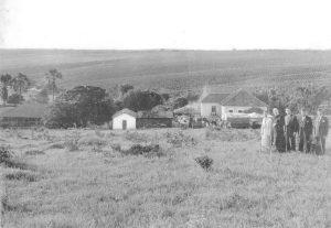 Fotos dos anos 40, da Fazenda Bom Fim, de propriedade do agropecuarista Elíphio Perez Quireza, quando provavelmente era realizada uma festa. Ao fundo à esquerda, as casas da colônia da fazenda e à direita, familiares do proprietário e convidados. Em primeiro plano, o proprietário Elíphio Perez Quireza, o Monsenhor João Rulli, e os agropecuaristas Alfredo Pimenta e José Rodrigues Costa Júnior