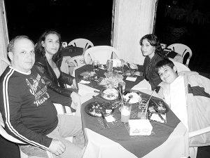 Foto da coluna Acontece, da edição 2.776, de 10 de maio de 2008, provavelmente no Aquarius Petiscaria. O proprietário do Restaurante Távola, Camilo de Lélis Lima Sandoval/Daniela e os filhos Carolina e Camilo