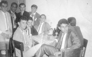 """Foto de 1965, de um grupo de amigos no Pilc's Bar (que funcionava no fundo da Galeria do Caiçara Hotel - hoje Domus Hotel), que se """"preparavam"""" para um baile na Associação Atlética Ituveravense. (1) Clóvis Mendes, (2) Luiz Antônio Vancine, (3) Marcinílio Fernandes (""""Maçã), (4) Marco Antônio da Silva  (in memoriam), (5) Ademar Ferreira de Paula (""""Kid""""), (6) Guilherme Ademar Maestri (""""Meminho"""") (in memoriam), (7) Devanir Martins do Valle, (8) Ataíde Pimenta, (9) Luiz Carlos da Silva (""""Índio"""")."""