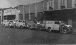 Foto da década de 50, de uma exposição de furgões das marcas Chevrolet e Austin, de propriedade das empresas: (1) Padaria São Jorge, de Jorge Abud; (2) Casas de Bicicletas de Ituverava; (3) Panificadora e Confeitaria Brasileira, de Ituverava (4) Padaria Santo Antônio, de Guará, em frente  aos prédios na avenida Dr. Soares de Oliveira: (5) Casa Santa Terezinha, que vendia confecções e tecidos, de propriedade de Nagib Kalil (hoje CTBC), (6) Banco da Lavoura de Minas Gerais (hoje Sucredi) e (7) Farmácia Santana (hoje Nova Vanguarda)
