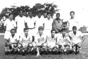 """Time da Associação Atlética Ituveravense, quando disputou a 1ª Divisão do Campeonato Paulista de Futebol da FPF, em 1965. (1) Piolim, (2) Zicão, (3) Dao, (4) Silva, (5) Abrão (de Guará), (6) José Georgides (""""Mão de Onça""""), (7) o goleiro Osvaldo Dias Feiteiro (""""Poi""""), (8) Milton Mutun (in memoriam), (9) Carlito Santiago, (10) Roberto Salata,  (11) José Roberto de Paula (""""Carioca"""") (in memoriam), (12) José Paulo Telles (""""Queijinho"""") que era de Guará e (13) Baltazar (também de Guará)"""