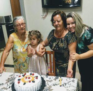"""Avó e bisavó: Fátima Xavier Oliveira e Nair Rosa de Paula Oliveira De: Amanda Oliveira Pires e Heloísa de Oliveira Pires  """"Hoje é um dia muito especial para vocês. Eu sei o que é o amor de vocês, queridas, porque tudo o que construíram em nossa família foi com muito carinho e com todos os seus princípios. Tudo isso e muito mais que uma obra do amor, que é um sentimento ímpar e apaixonante.   É por tudo isso, e muito mais, que vocês são como mães para nós. Além de todas as coisas maravilhosas que conquistaram em suas vidas e, também nas nossas. Vocês sempre foram a fonte do carinho onde encontrávamos mimo e alegria sem igual.  Sempre foram proteção, apoio, segurança, mães. Chamo vocês de avós, porque foi assim que nos ensinaram, pois mãe seria garantidamente o nome mais adequado. Na verdade, vocês ocupam em nossos corações um local privilegiado. O dia de hoje é todo de vocês. Feliz Dia das Mães, vovós!"""