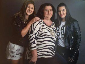 """Mãe: Rogéria Teoro  Filhas: Maria Vitória e Sara Teoro  """"Feliz Dia das Mães para aquela que nos deu a vida e todos os dias nos dá razões para viver""""."""